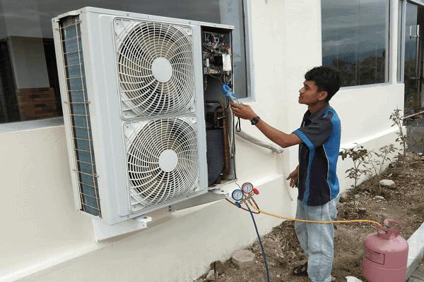 Pengecakan Ampere Dan Tekanan Freon Oleh Teknisi Service Ac Batam